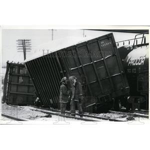 1991 Press Photo Spokane firefighters on derailed car near Hamilton Street