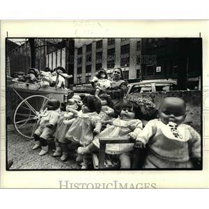 1985 Press Photo Cathy Carlson selling her dolls - cva80275