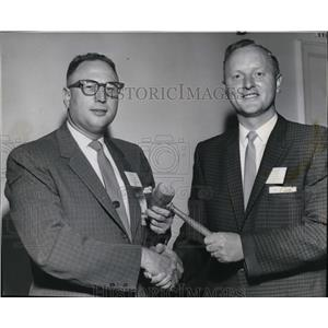 1960 Press Photo Gene Ballantyne turns over rein of Managers Assn to CB Bertram
