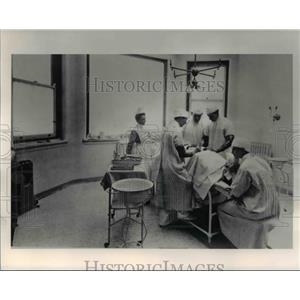 1991 Press Photo Lakeside Hospital Doctors and Nurses on operation - cva90462