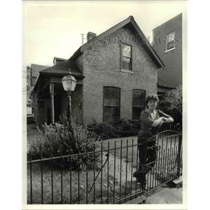 1983 Press Photo Carole Hedderson at her home at Bridge Ave. - cva92128