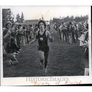 1977 Press Photo Mike Brady at finish line - spa02463