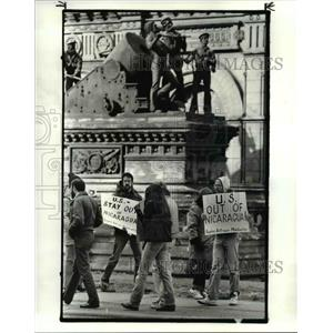 1984 Press Photo Rally against US involvement in Nicaragua in front of soldiers