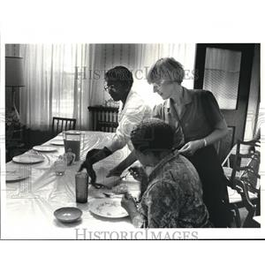 1985 Press Photo Volunteers at the East Side Catholic Shelter are - cva76599