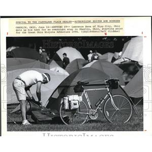 1990 Press Photo Lawrence Hess on his tent during Great Ohio Bicycle Adventure
