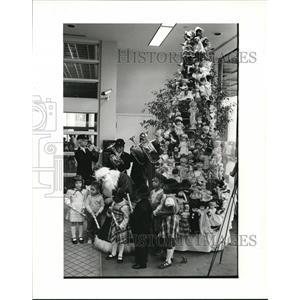 1983 Press Photo Rick Riesing Played Father Christmas with Kids  - cva76885