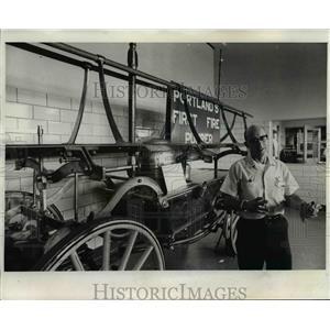 1974 Press Photo Lt. Jerry Nusbaum-Portland fire engine - orb77743