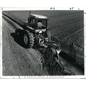 Press Photo Jon Deere 115 Rear Mounted Blades digging ditches on farmstead