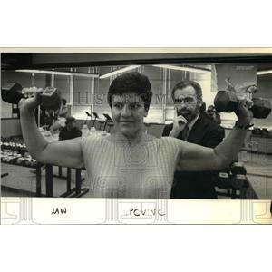 1986 Press Photo Lester Wright St. Vincent Hosptial Debbie Warner Exercise Room