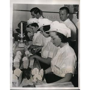 1938 Press Photo Dr Sunde Watches Packing Dinner Pails for Pooches