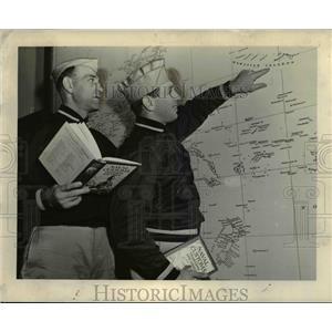 1943 Press Photo Ensign Parker Hall &  Lieut Dale Burnett at the Navy School
