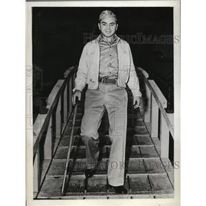 1943 Press Photo Marine Cpl Barney Ross former lightweight champ in CA