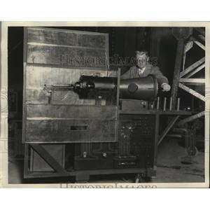 1928 Press Photo Prof. Sorensen shown with cold cathode ray oscillograph