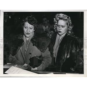1945 Press Photo Mrs. Alice Bache And Ruth Bache Pictured In Magistrate Court