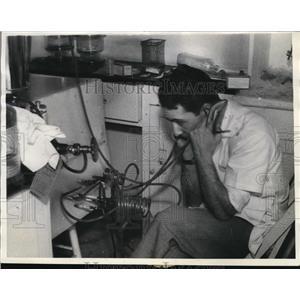 1935 Press Photo Dr Ralph Willard Chemist Tries to Revive Frozen Monkey