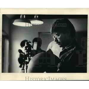 1985 Press Photo Borgeson turning out 15 limited edition bowls at WMVS-TV