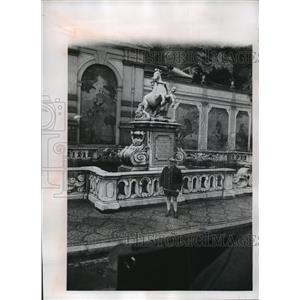 1968 Press Photo A Salzburger stands before the city's elaborate horse fountain