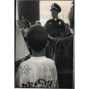 1992 Press Photo Young abortion protester waits at Metropolitan Medical clinic