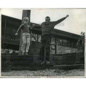 1983 Press Photo Tony Bennett and son Dae-Dae playing behind the Bennet house