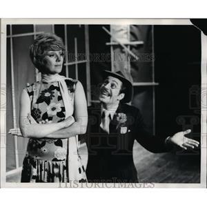 "1972 Press Photo Nan Bradlee ignores Tom Triechel as sings ""Sue Me"" - cvb68530"
