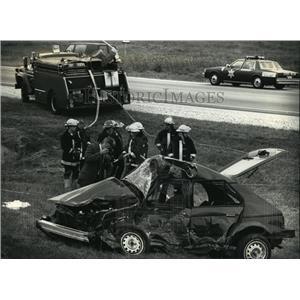 1991 Press Photo Firemen & investigators at fatal scene on Highway I & 162