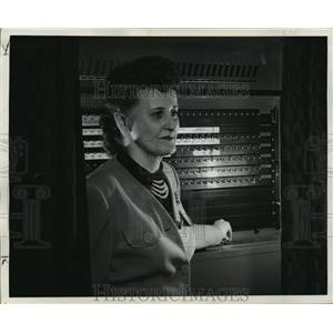 1948 Press Photo Mrs Bernard Krueger using the voting machine - mja18770