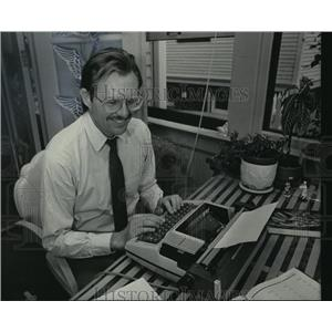 1985 Press Photo James Vopat at the typewriter, working to make writing easier