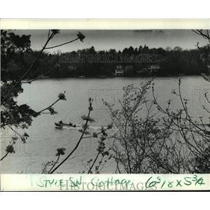 1982 Press Photo power boat on Nashotah Lake - mja35957