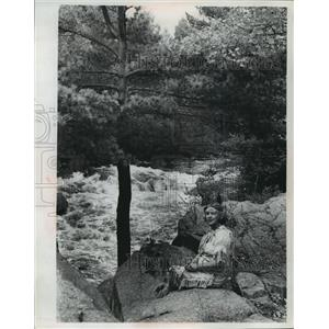 1968 Press Photo Gerti Sennett rested on a rocky parapet over the Wolf River.
