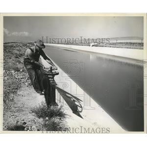 1952 Press Photo Columbia Basin Project- Ephrata,Wash, Ditchrider opens turnout.