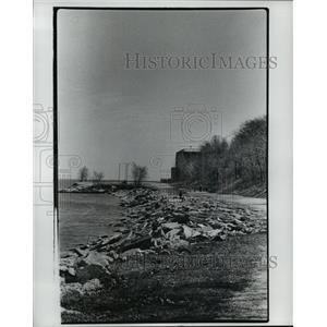 1977 Press Photo Broken Sidewalk along Lake Shore looking towards Bay View Park