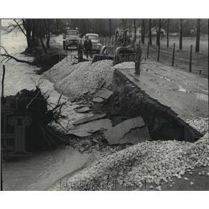 1952 Press Photo Heavy Rains and Storms Eroded Away Beach Road in Lake Michigan