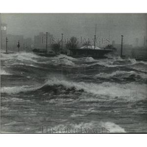 1983 Press Photo Breakers On The Lakefront 30 mph winds hits Milwaukee Shoreline