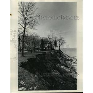 1973 Press Photo Lake Michigan Bluff erosion near Dennis Peterson - mja42470