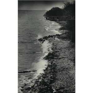 1987 Press Photo Lake Michigan shoreline near E. Texas Ave. pumping station.