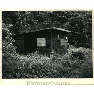 1987 Press Photo Lac Lawrann West bend Preserve Little Shack Surrounded By Woods