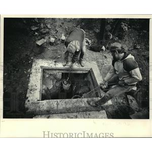 1986 Press Photo Members of the Wisconsin Conservation Corporation Remove Gravel