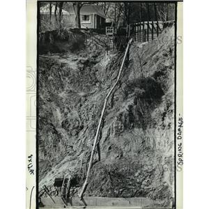 1984 Press Photo Deck along Lake Michigan has shifted position due to erosion