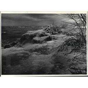 1984 Press Photo Ice churned lakefront near Milwaukee Gun Club. - mja42098