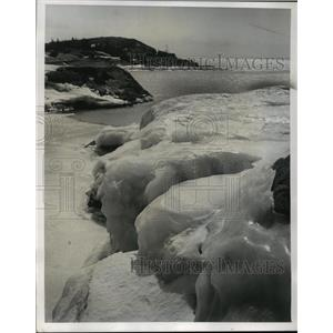 1974 Press Photo Winter is reluctant to lose its icy grip along Lake Superior.