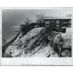 1975 Press Photo Lake Michigan Erosion-home on the edge - mja42051