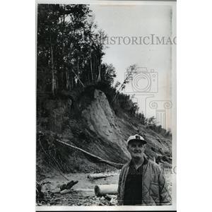 1978 Press Photo Charles Lamerand below the eroded banks of Lake Superior.