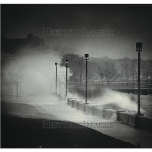 1983 Press Photo Milwaukee's lakefront as smashing waves pounded the wall.