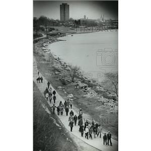 1983 Press Photo Members of Wisconsin Go-Hiking Club walk along the lakefront
