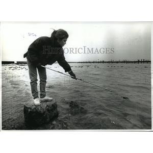 1992 Press Photo Heather Allen Takes A Water Sample  Lake Michigan - mja42886