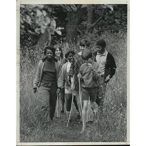 1969 Press Photo Mrs. Thurman Patton Leading a Nature Hike at Camp Byron