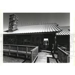 1991 Press Photo Lodge building at Camp Caro provides picnic shelter