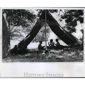 Press Photo Three Boys Playing Rock Paper Scissors at Camp Nilewin - mja49094