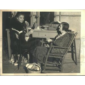 1932 Press Photo actress Lillian Bond spending time with mom in dressing room