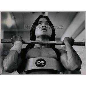 1980 Press Photo Vietnamese Americans weightlifting man - RRX79443